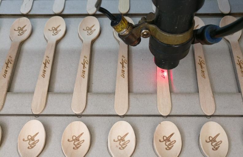 cucchiaini-legno-incisione-e-marcatura-segnaposto-wedding
